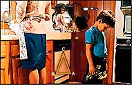 Zaneprázdnená prácou, mama ignoruje komunikáciu dieťaťa, čo zníži následne aj afinitu a zmenší realitu.