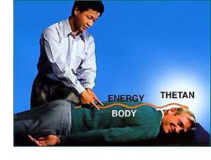 Uvoľnením stojacich vĺn energie môže Nervový asist obnoviť komunikáciu medzi thetanom a jeho telom, uvoľniť svaly a vyrovnať chrbticu a kĺby.